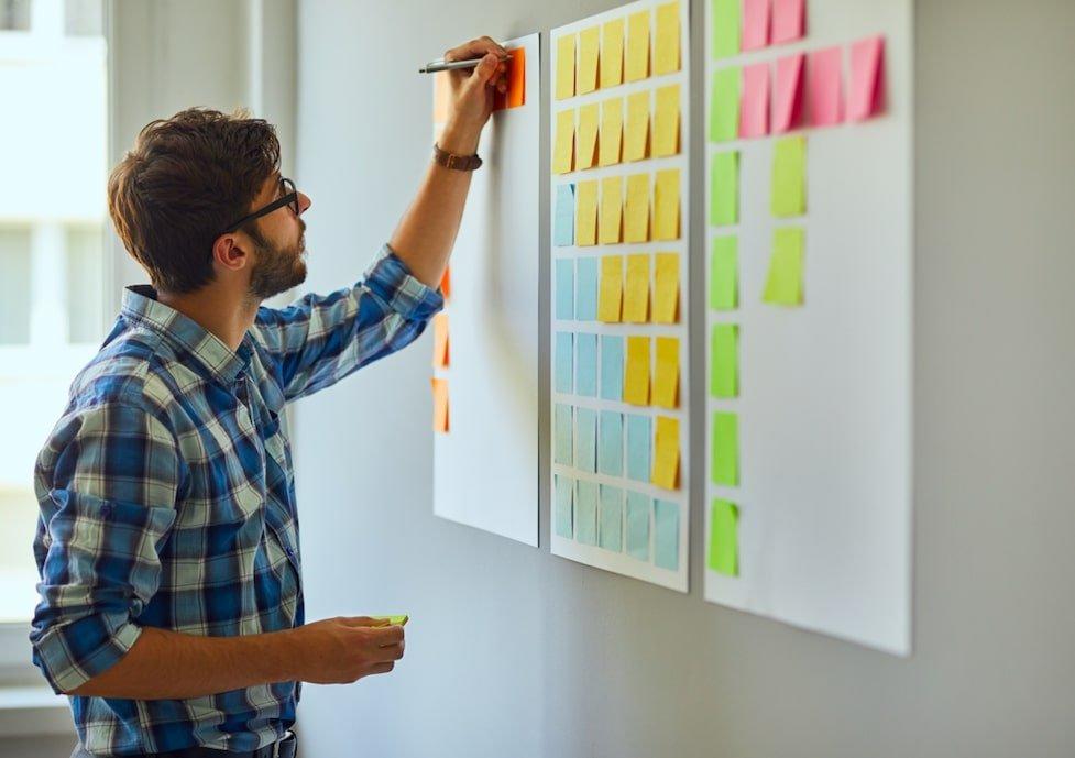 un freelance creatif qui note ses idées