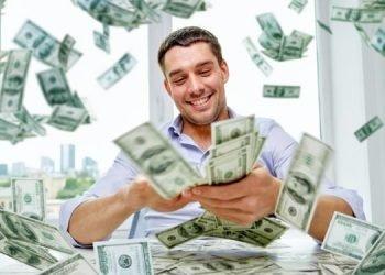 homme qui gagne de l'argent grâce à son site internet