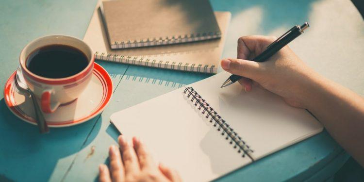 femme écrit manuscrite des notes
