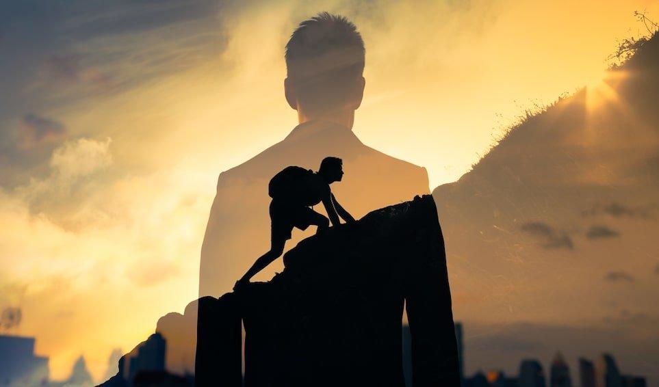 homme grimpe montagne motivation