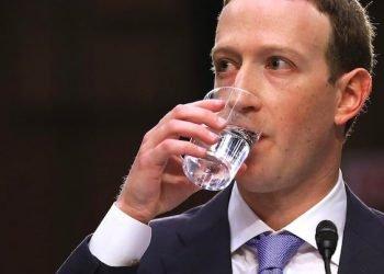 mark-zuckerberg-boit de l'eau
