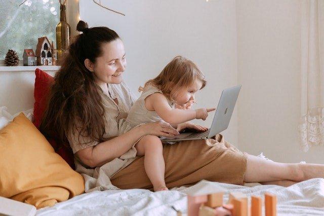 maman freelance ordinateur et enfant