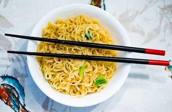 se servir de baguette chinoise